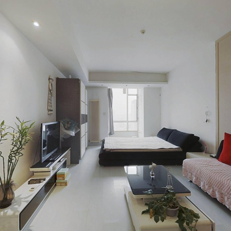 房子精装修拎包入住交通便利,舒适安静,位置好