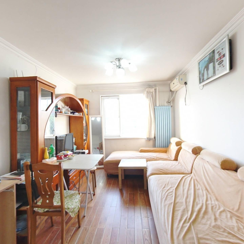 全明格局两居室,主次卧面积一样大,居住舒适