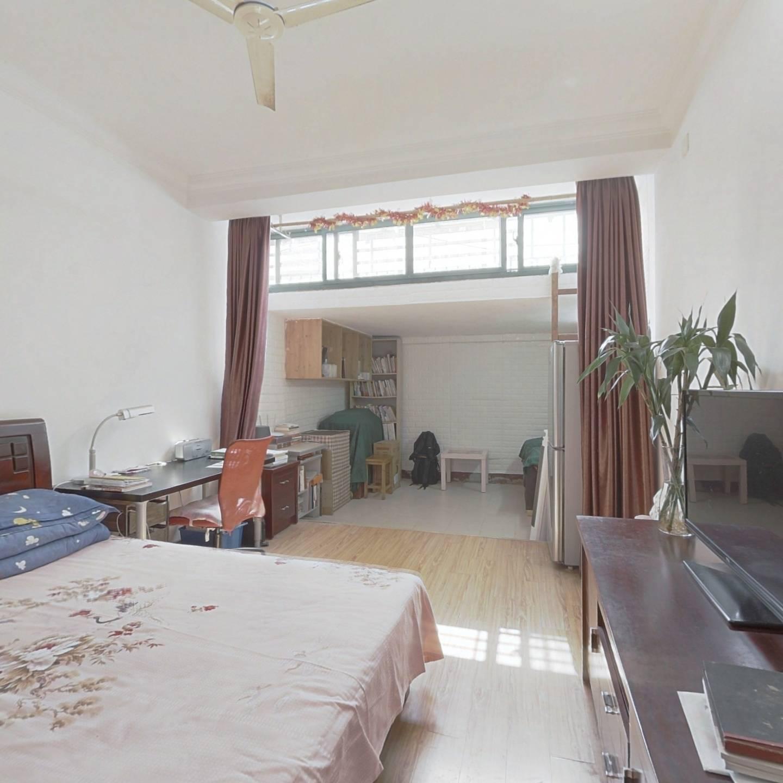 新上一楼带天井,精装修,看房提前约,诚意出售!
