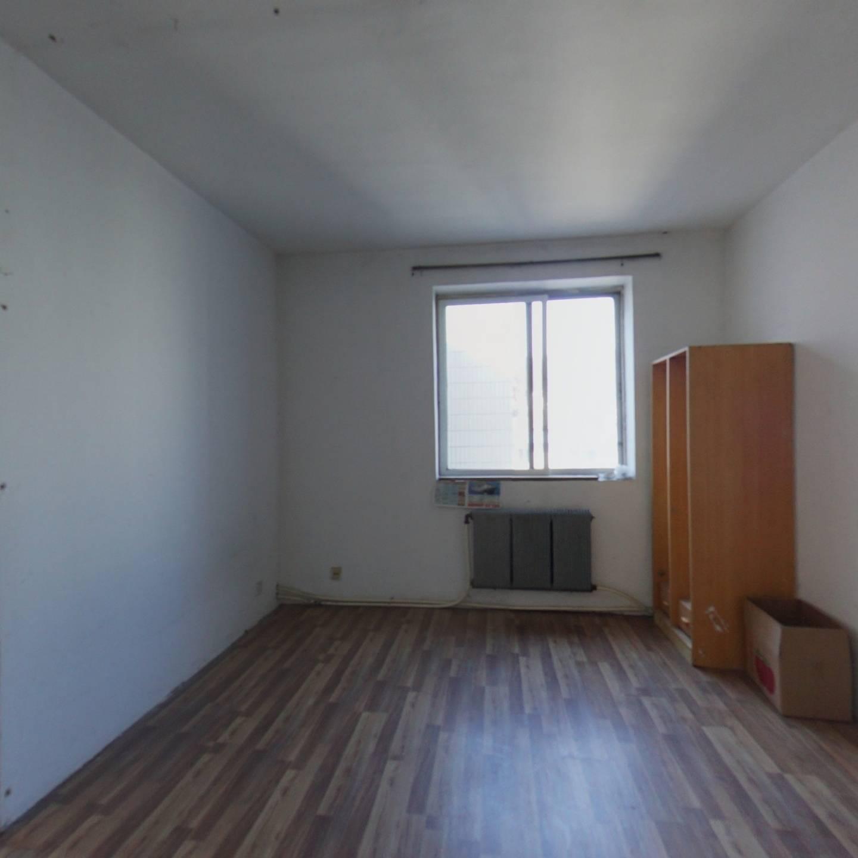 桃花源小区四室两厅两卫跃层,小区花坛位置简单装修