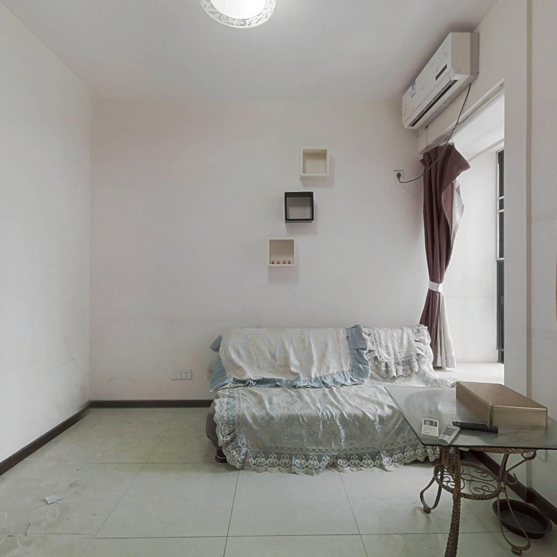 此房是精装修红本在手的70年产权公寓,小区生活便利