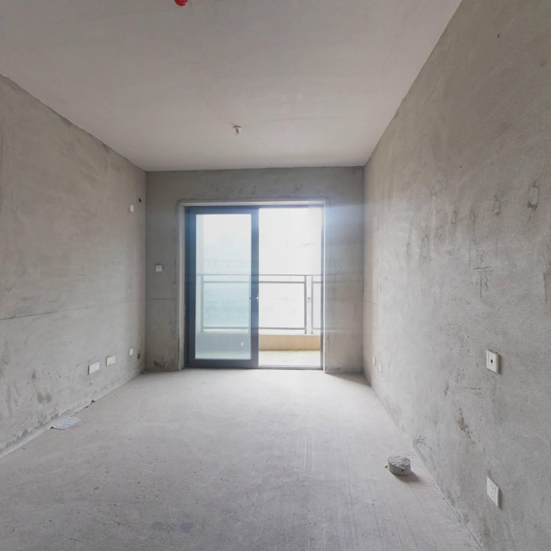 龙胜地铁站,客厅出阳台,3房2卫价格便宜